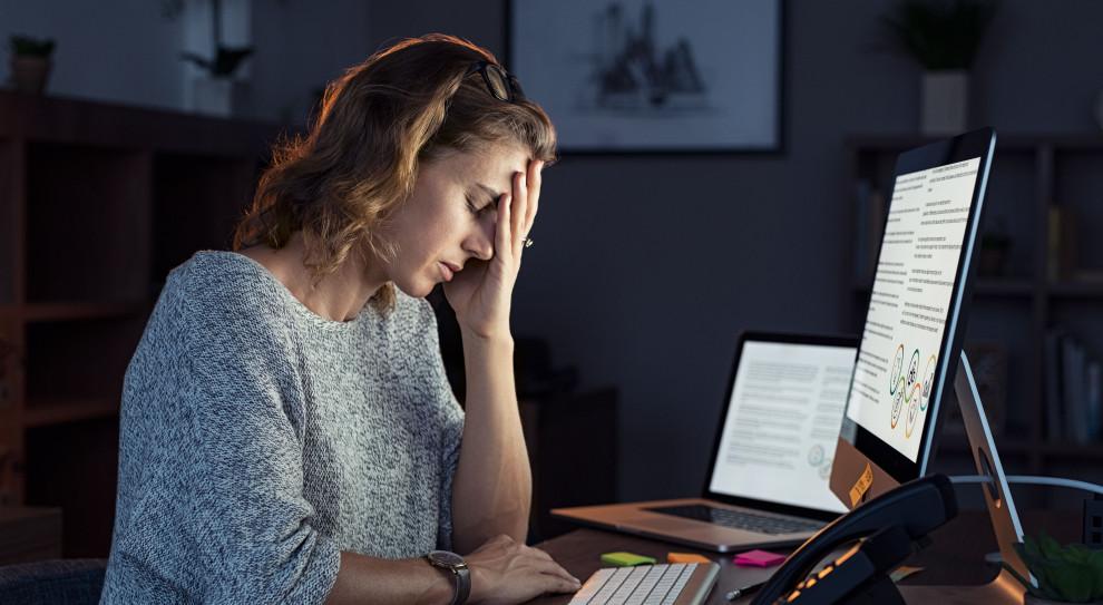 Sygnały, że pracownik może przechodzić przez trudny okres i potrzebuje dodatkowego wsparcia, obecnie mogą zostać dostrzeżone znacznie później niż w przypadku tradycyjnej formy pracy (fot. Shutterstock)
