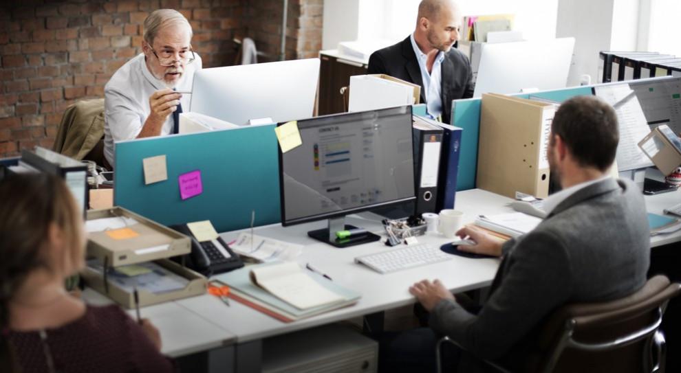 Zaletą pokolenia 50+ jest przede wszystkim doświadczenie - profesjonalne, ale też i życiowe. (Fot. Shutterstock)