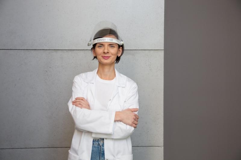 Na zdjęciu: Aleksandra Grudzińska, prezes Clever Frame, która stworzyła przyłbice pod marką CoverOne. (fot. CoverOne)