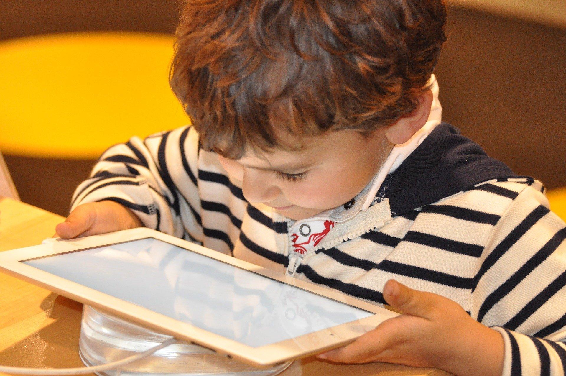 Dorośli powinni stać się dla dzieci przewodnikami po świecie nowych technologii (fot. Pixabay)