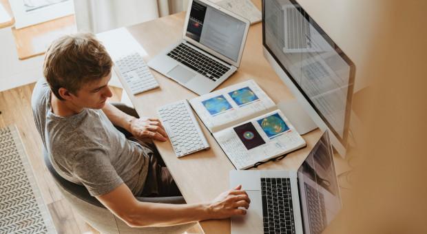 Pracujesz po godzinach? E-maile pochłaniają co najmniej godzinę dziennie