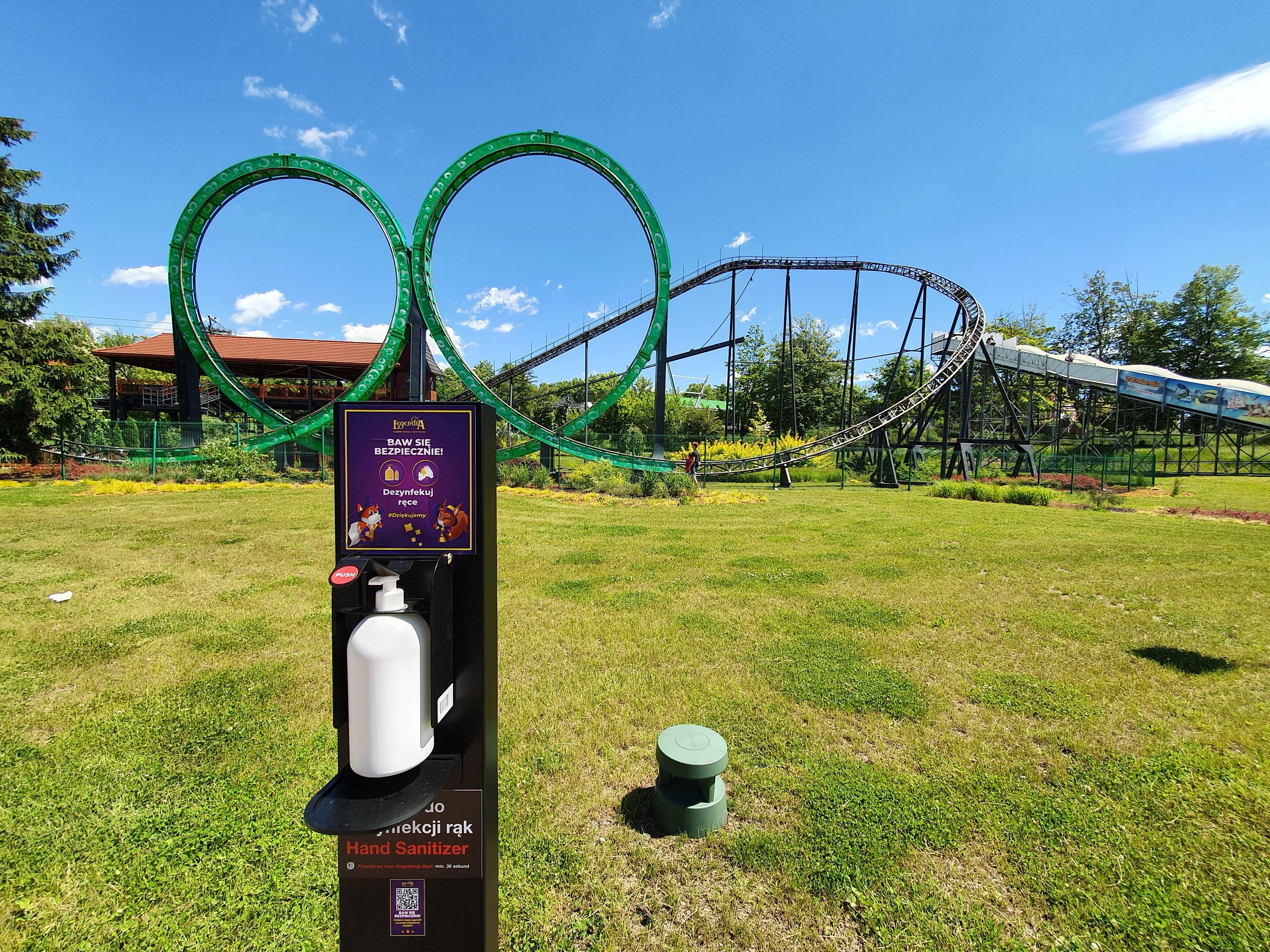 Chorzowski park rozrywki w ubiegłym roku na swoim terenie zainstalował ponad 100 stacji do dezynfekcji rąk. Fot. PTWP