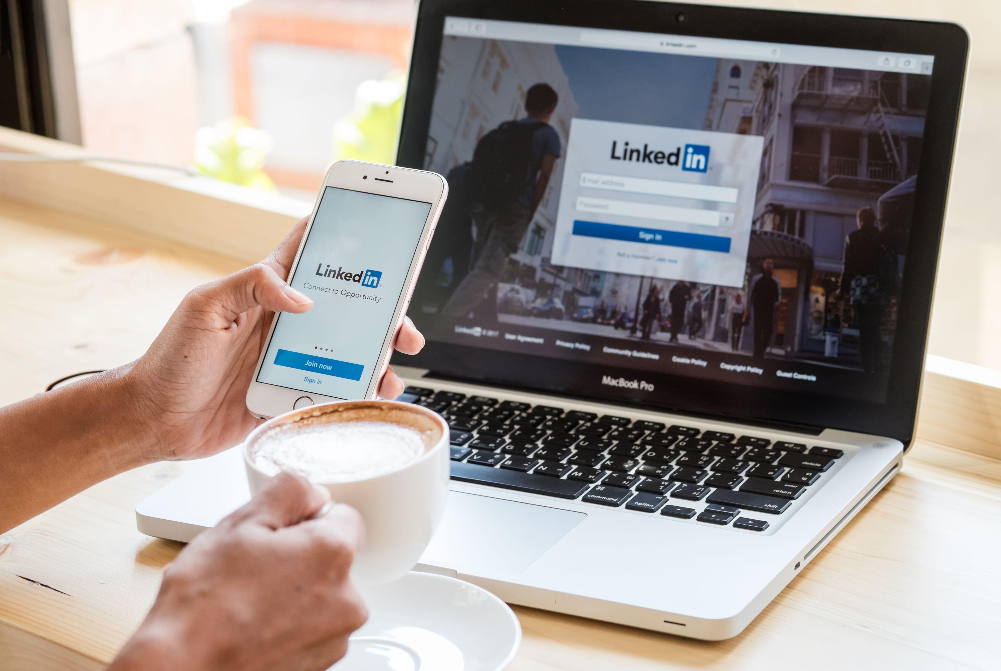 LinkedIn to nie tylko profile firmowe - aktualnie portal ten lepiej promuje osobiste konta, dlatego tak ważne jest wdrożenie personal brandingu oraz aktywnego poszukiwania kandydatów poprzez ten kanał (Fot. Shutterstock)