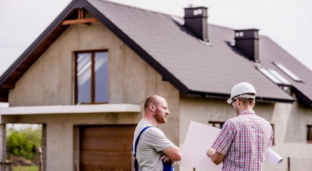 """Kierownik budowy niepotrzebny? """"Nikt nie chciałby się dowiedzieć, że źle wybudował dom"""""""