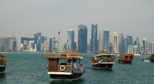 """Katar wprowadza minimalną, niedyskryminującą płacę i kończy z """"kafalą"""""""