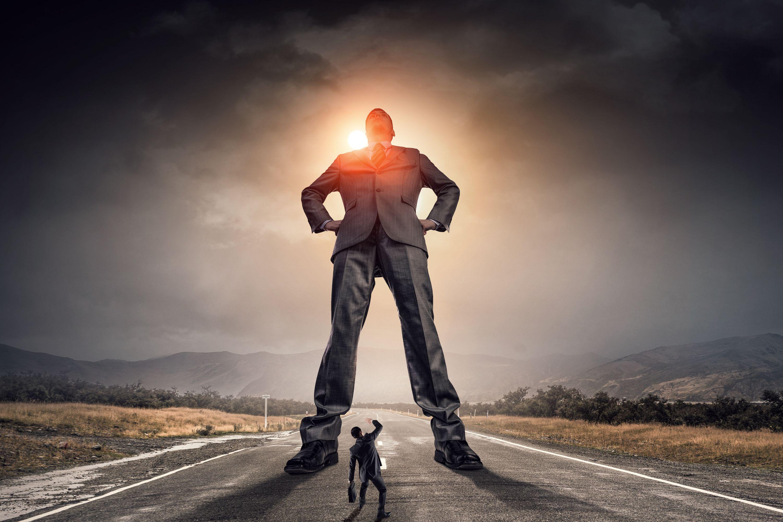 Skutecznym narzędziem manipulacji jest pozytywna autoprezentacja i podnoszenie samooceny innych do tego samego poziomu (Fot. Shutterstock)