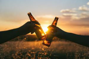 W czasie pandemii Polacy piją więcej. Długi firm handlujących alkoholami mocno zmalały