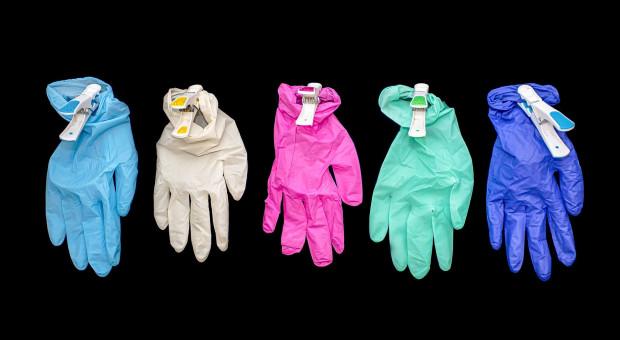 Zatrzymali import rękawic lateksowych, bo ich producent nie przestrzega praw pracowniczych