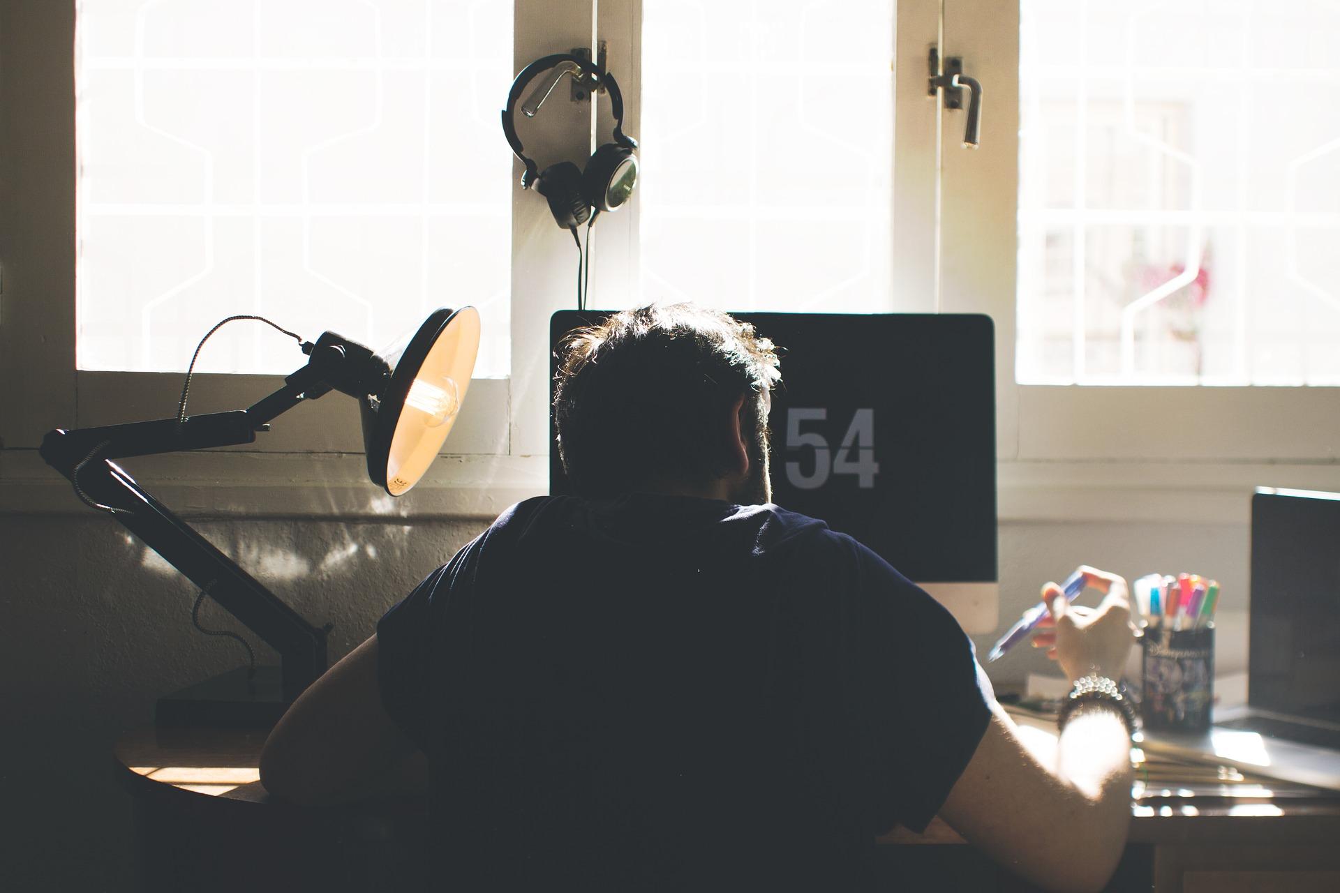Eksperci podkreślają, że nie wystarczy samo włączenie kamerki w trakcie rozmowy. Uwagę należy poświęcić wcześniejszemu przygotowaniu tła, które będzie widoczne podczas spotkania (Fot. Pixabay)