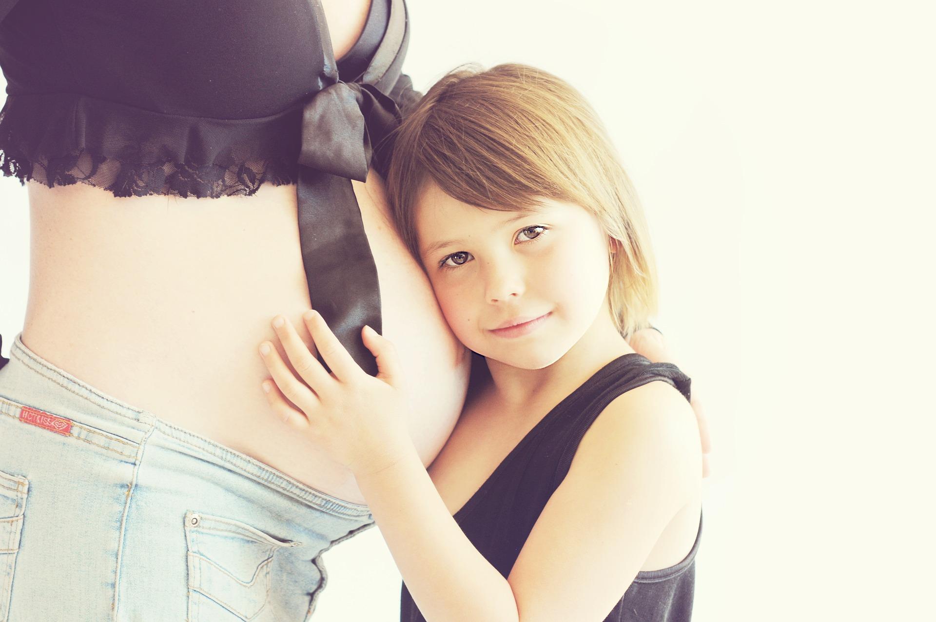 Kobiety z dwójką dzieci, znacznie częściej wypadają z rynku pracy (fot. Pixabay)