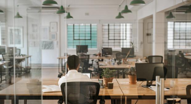 Biura będą mniejsze czy ładniejsze? Jak zmieni je praca hybrydowa?