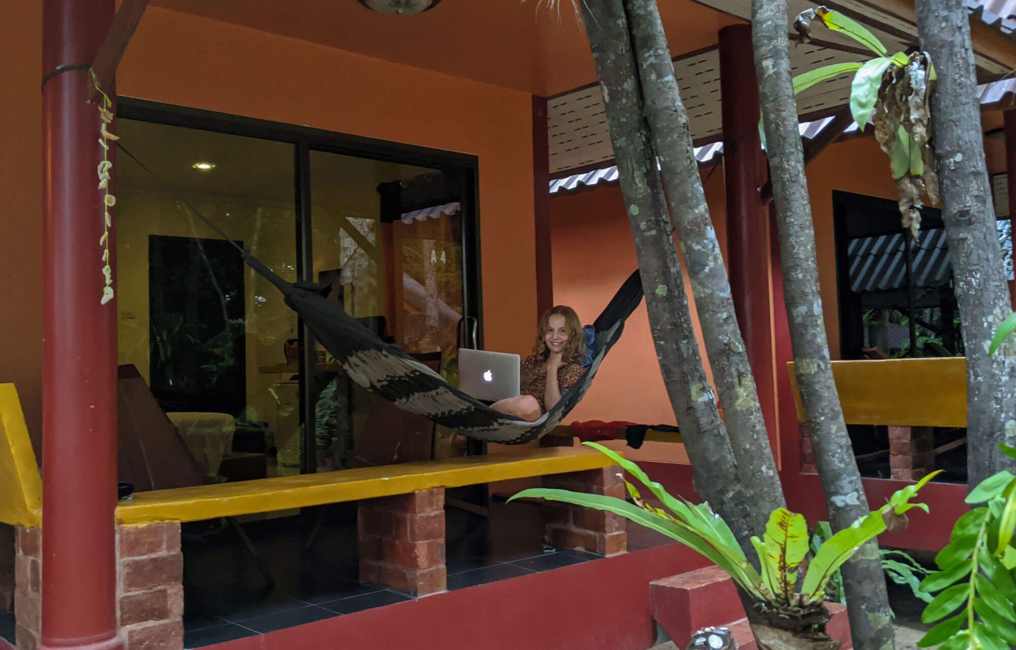 Aleksandra Braska pracowała w wielu miejscach w Tajlandii – m.in. projektowała na werandzie bungalowu (Fot. Aleksandra Braska)