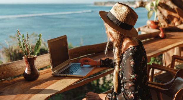 Workation, czyli praca połączona z wakacjami. Ten trend może przyjąć się w Polsce