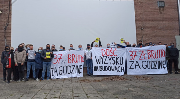 Operatorzy żurawi wieżowych protestują, przestrzegając przepisów BHP