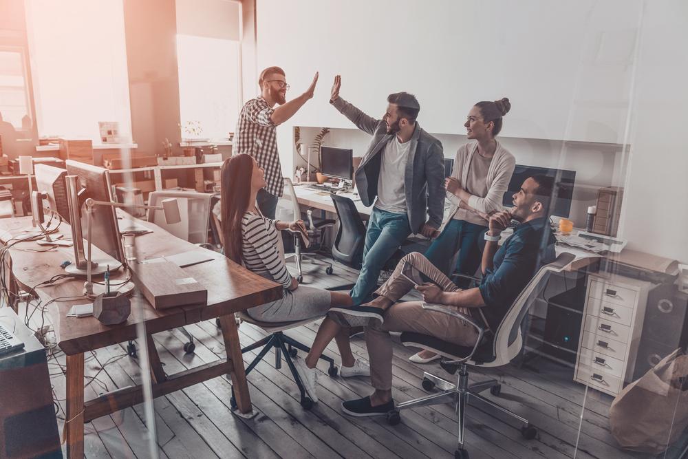 Na pierwszym miejscu wśród form doceniania, jakich chcą pracownicy, znalazły się: gratyfikacja finansowa oraz pozytywna informacja od przełożonego (Fot. Shutterstock)