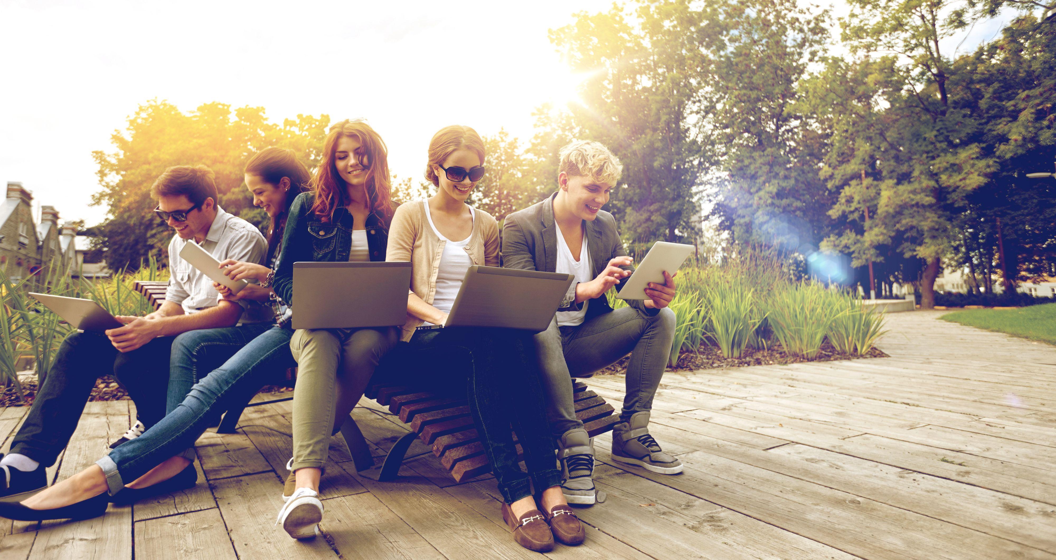 Dużo więcej młodych ludzi zwraca uwagę na rodzaj kontraktu z pracodawcą (Fot. Shutterstock)