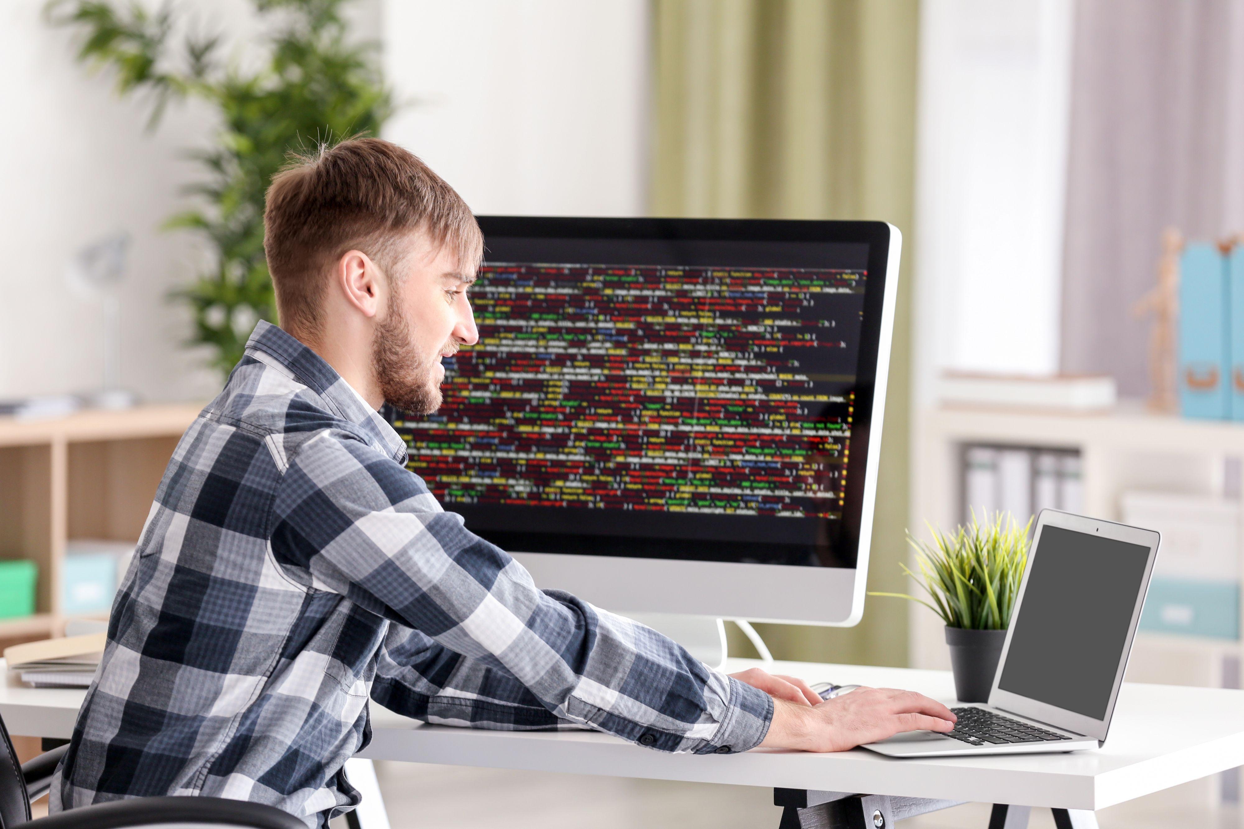 Z raportu inhire.io wynika, że firmy oferują juniorom zarobki w wysokości niemal 8 500 zł w systemie pracy stacjonarnej oraz 8 667 zł dla pracujących zdalnie (Fot. Shutterstock)