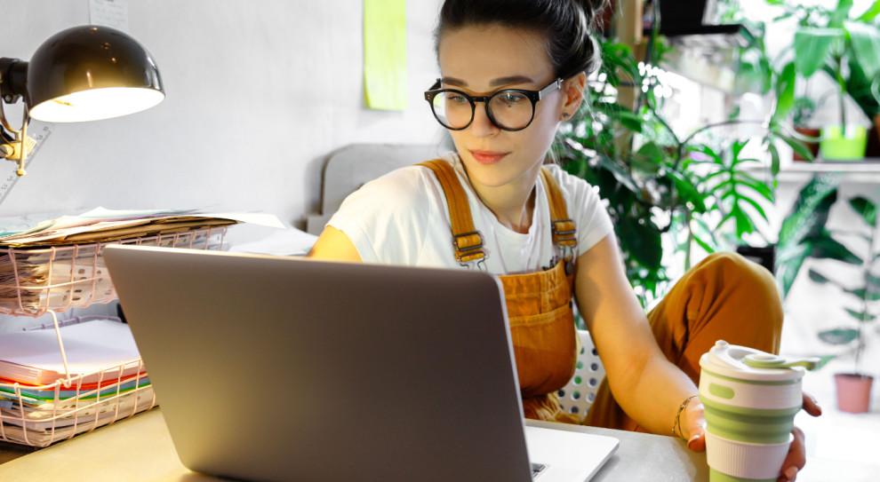 Dla większości rozpoczęcie pracy zdalnej było ciekawą odmianą i początkowo byli z tego zadowoleni (Fot. Shutterstock)