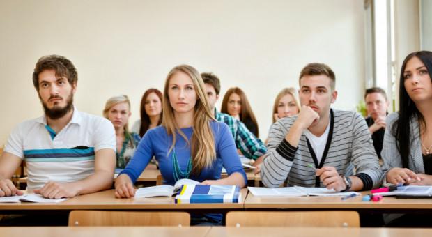 Połowa młodych Polaków uczy się lub studiuje