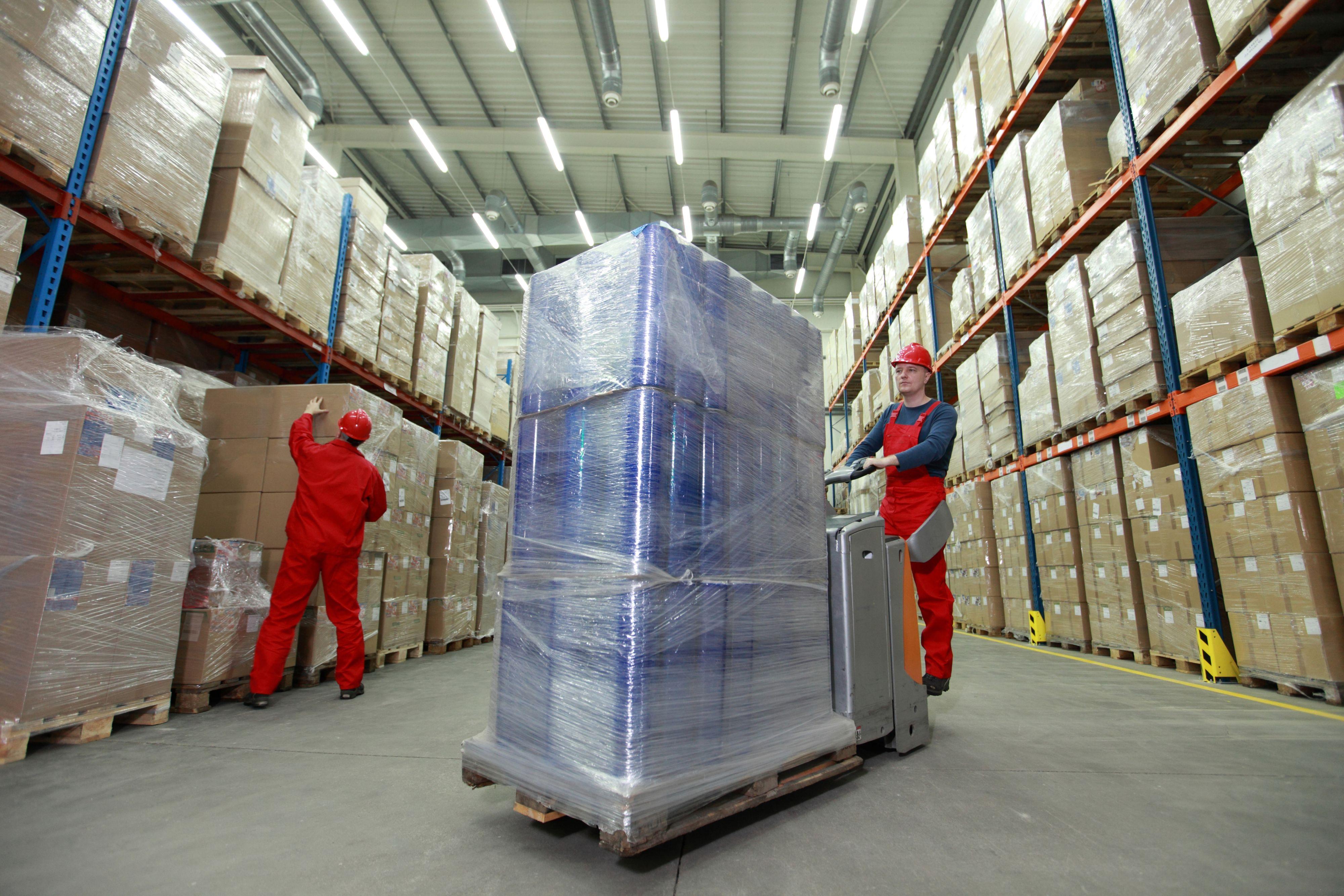 Widoczne jest duże zapotrzebowanie m.in. na pracowników centrów logistycznych, w tym magazynierów, wózkarzy, operatorów wózków widłowych, dostawców (Fot. Shutterstock)