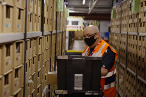 Gigant e-commerce otwiera magazyn. Na 1 pracownika przypadną 3 roboty