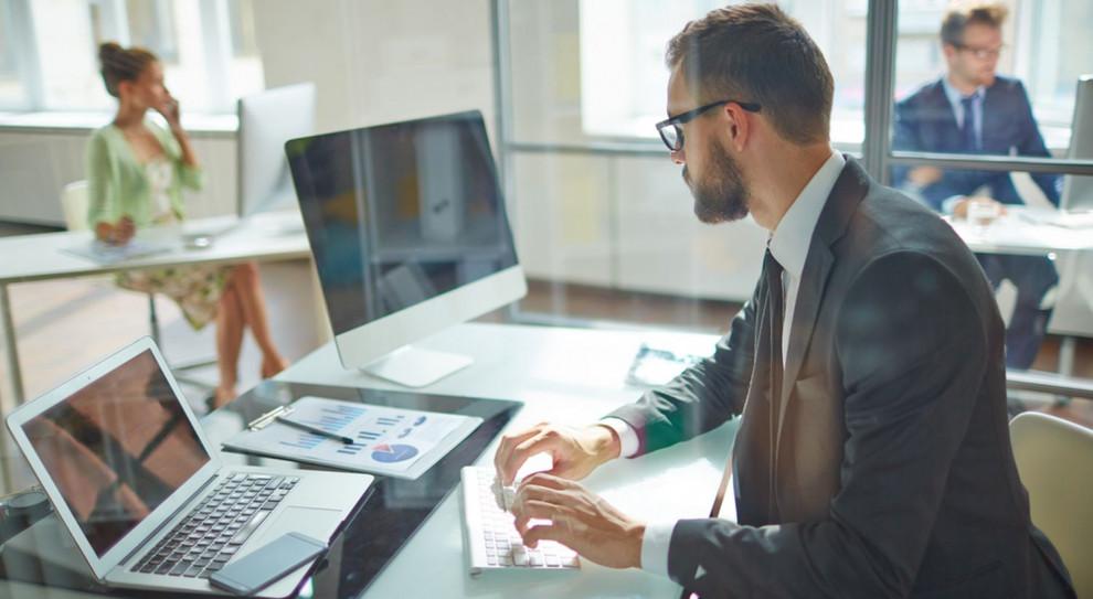 Z badania Devire wynika, że 33 proc. specjalistów i 38 proc. menedżerów chce pracować w korporacji (Fot. Shutterstock)