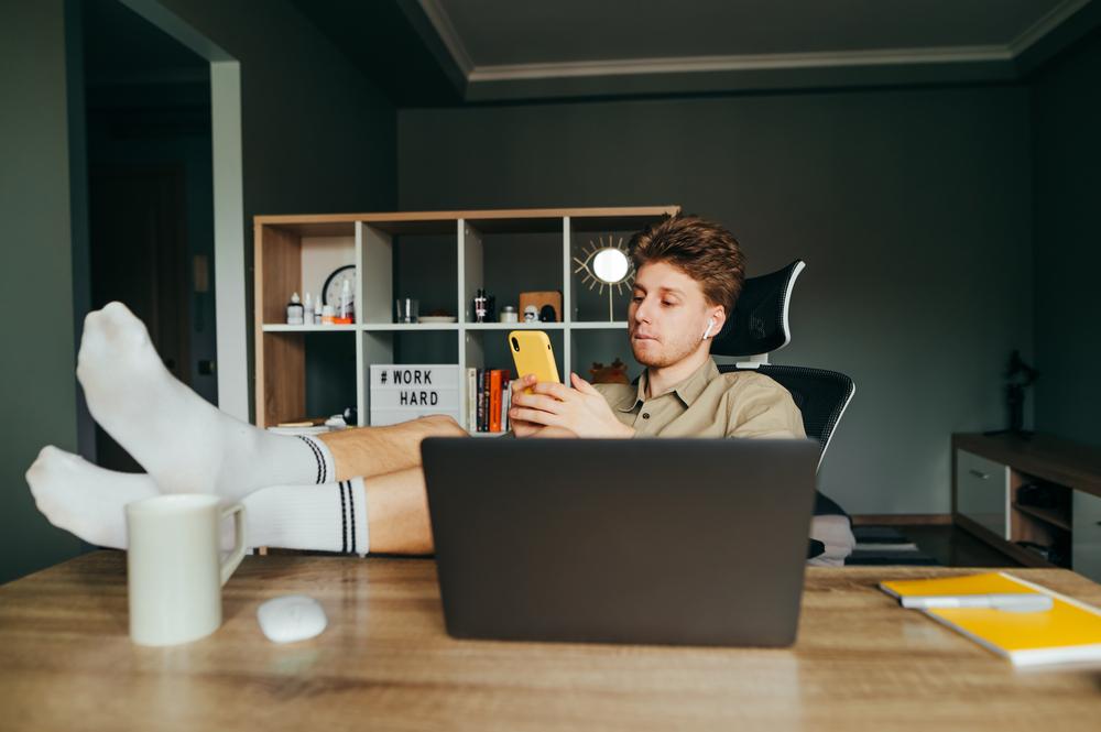 Dbałość o najbardziej aktualne wersje oprogramowania na sprzęcie służbowym powinno być w interesie pracodawcy, ale także pracownika (Fot. Shutterstock)