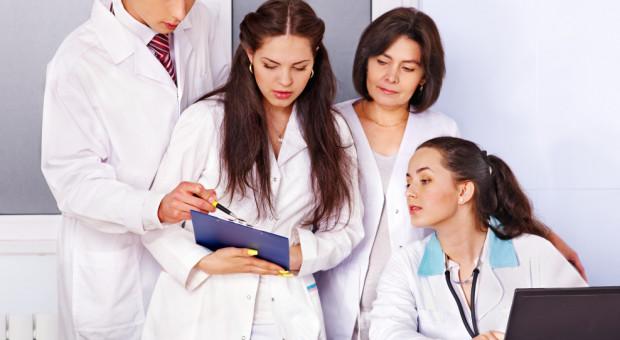 Od 1 lipca wzrosną pensje lekarzy stażystów