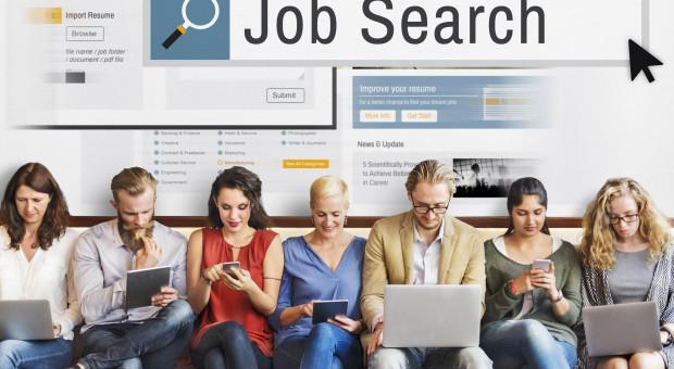 PIE: maleje szansa na zatrudnienie dla młodych z wyższym wykształceniem