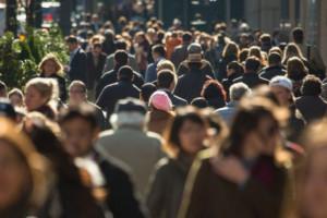 Polacy chcą zarabiać więcej. Premier zapowiada podwyżki