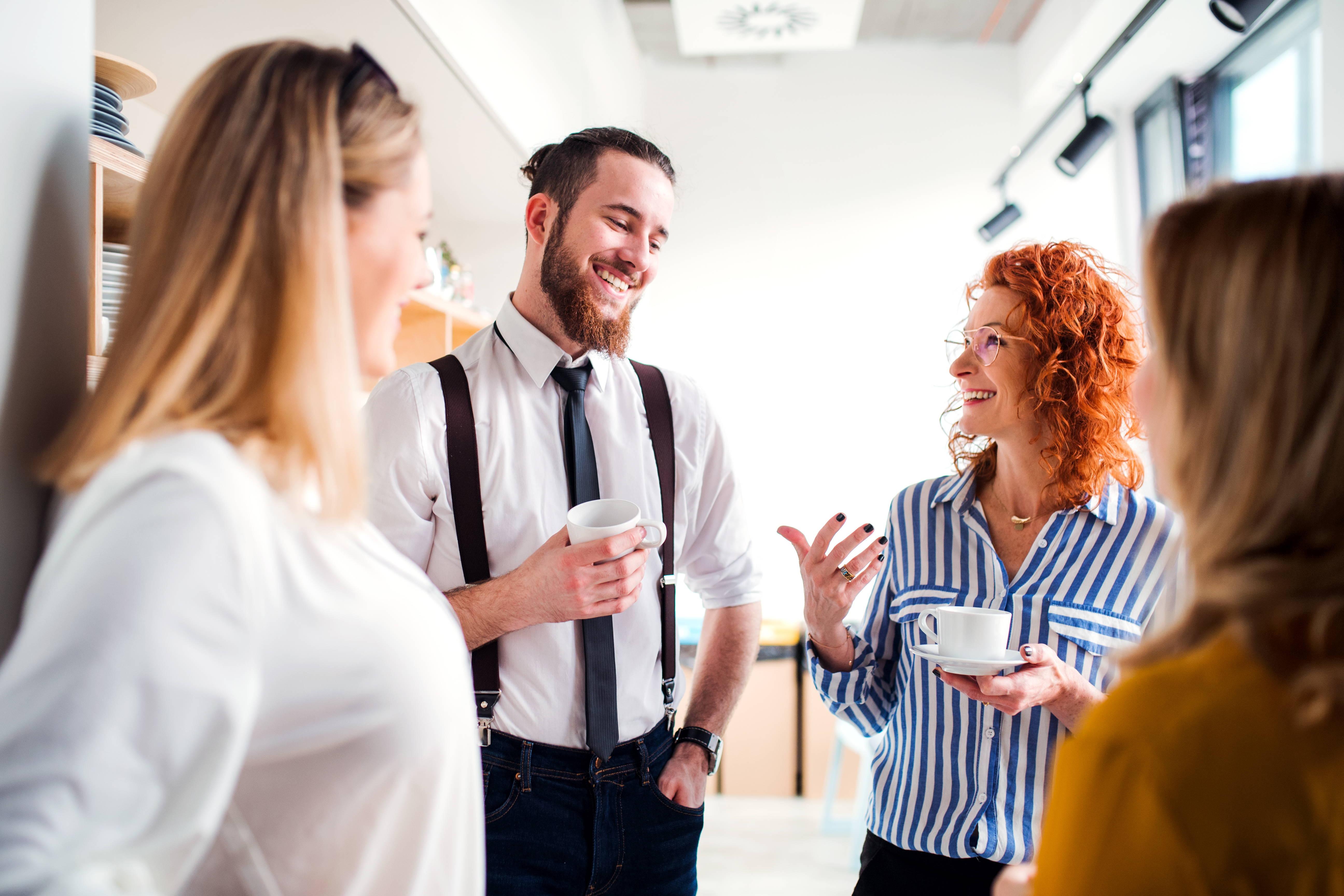 Powrót do pracy w biurze może stać się też okazją do udoskonalenia tego, co wcześnie przeszkadzało w najbardziej efektywnym wykorzystaniu wspólnej przestrzeni i spędzanego czasu (fot. mat. pras.)