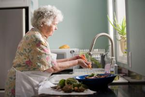 Polacy w ślepym zaułku. Boją się biedy na starość, a nie mają z czego odkładać