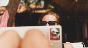 Jak zadbać, by nawet na urlopie pracownik nie zapomniał o firmie. Są sposoby