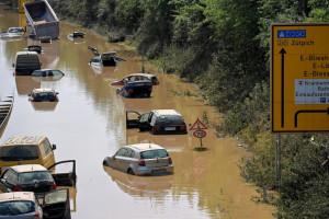 RTL zawiesza reporterkę, która miała celowo ubrudzić twarz błotem, relacjonując powódź