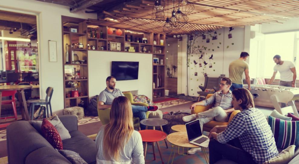 Obserwujemy masowe powracanie do biur – zależy na tym i pracodawcom i pracownikom (Fot. Shutterstock)