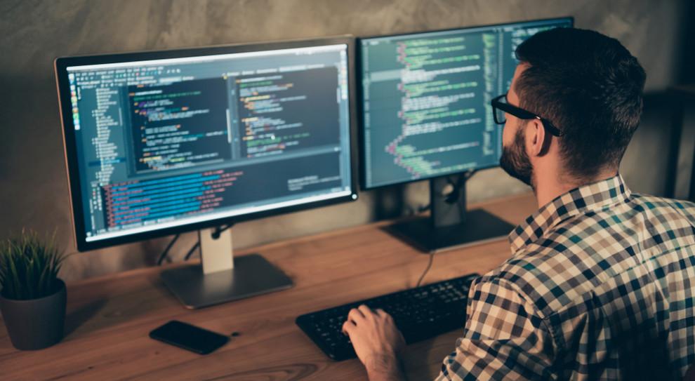 Popularność kontraktu B2B wśród informatyków wynika z faktu, iż ich przewaga rynkowa pozwala na wynegocjowanie warunków, które są dla nich korzystne (Fot. Shutterstock)