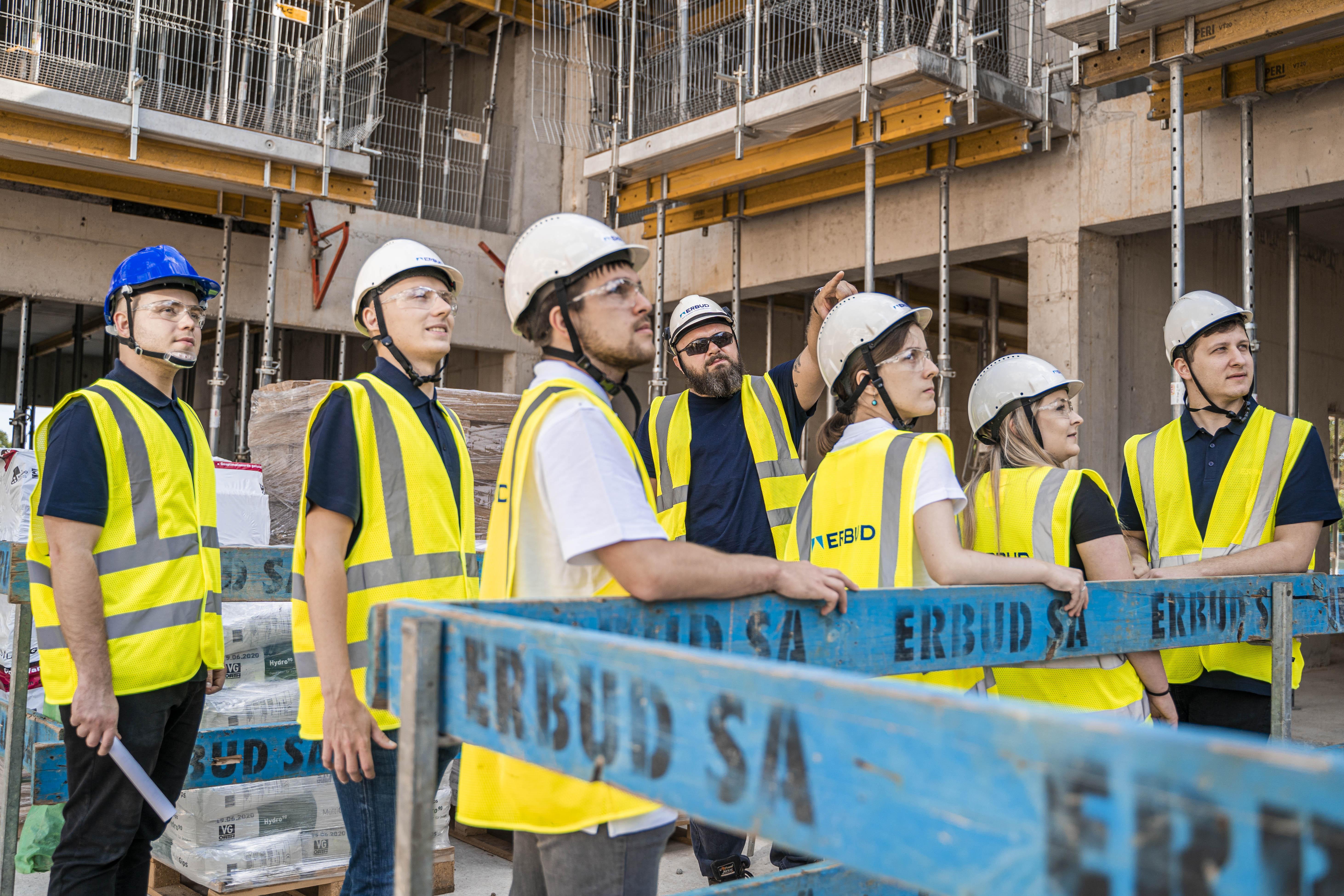 Pracownicy Erbudu wzięli udział w filmie przedstawiającym pracę w firmie budowlanej (fot. Erbud)