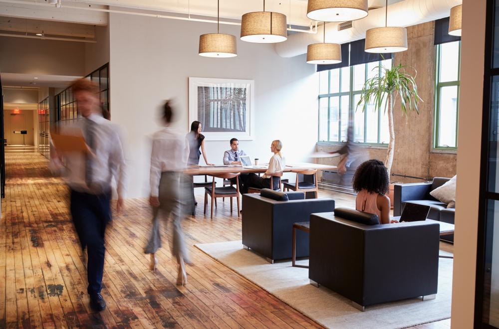Wielu pracodawców oferuje pracownikom model hybrydowy (Fot. Shutterstock)
