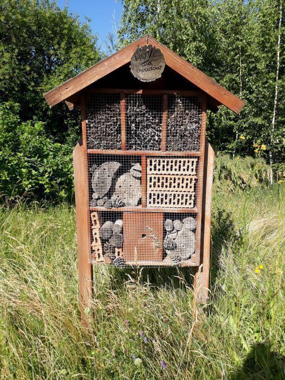 W pobliżu jednej z łąk posadowiono tzw. hotel dla owadów (Fot. mat. pras.)