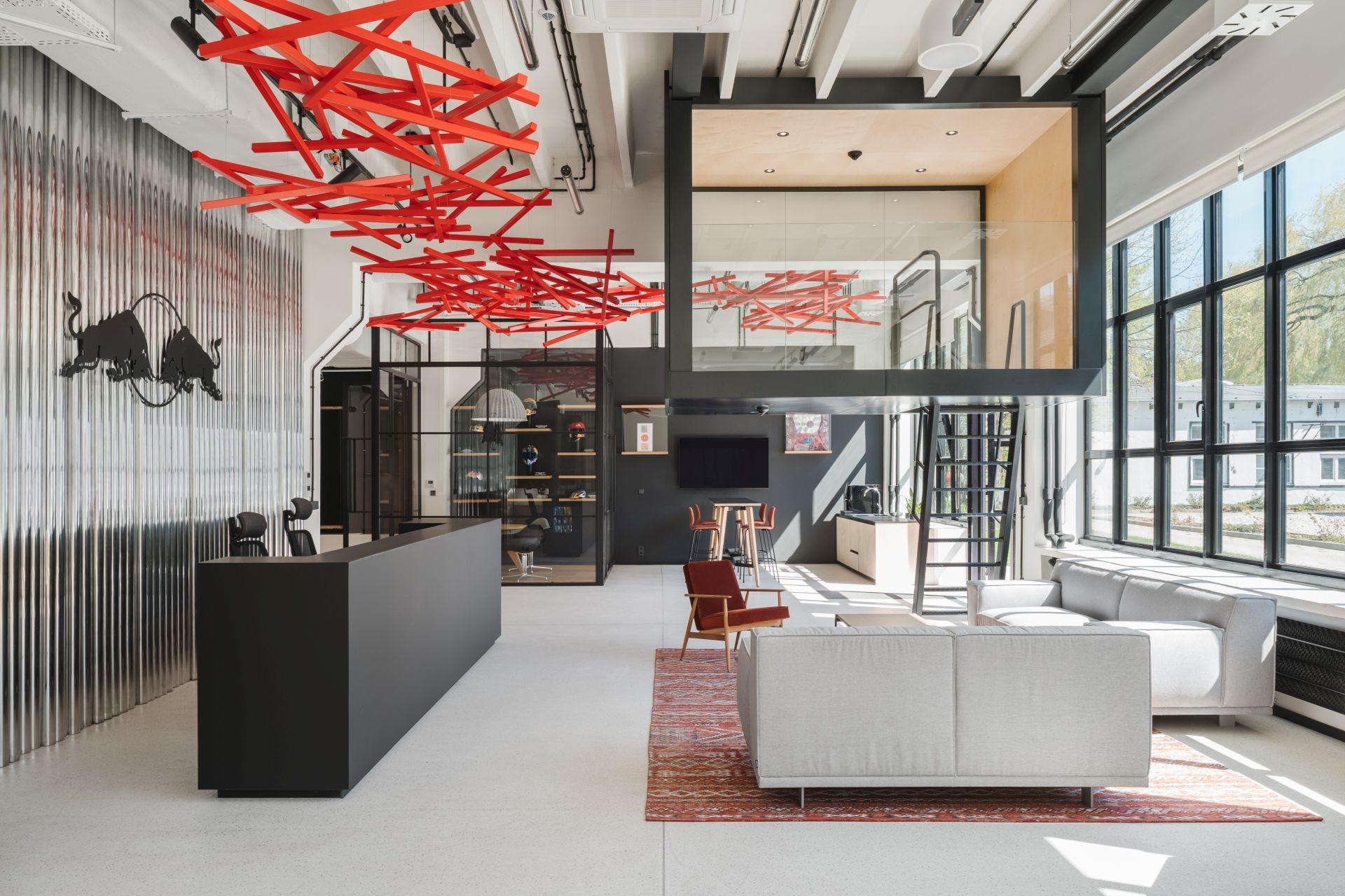 Interesującą ozdobą projektu jest znajdująca się w strefie wejściowej, intensywnie czerwona instalacja przestrzenna – fala energii (Fot. mat. pras.)