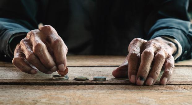 Miliardowe długi seniorów. Rekordzista ma do oddania ponad 74 mln zł