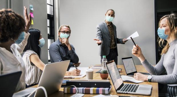 Pracodawcy chcą zmiany przepisów. Muszą wiedzieć, którzy pracownicy są zaszczepieni