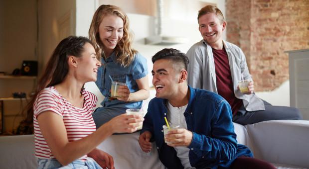 Młodzi coraz później się usamodzielniają. Co może ich skłonić do wyprowadzki?