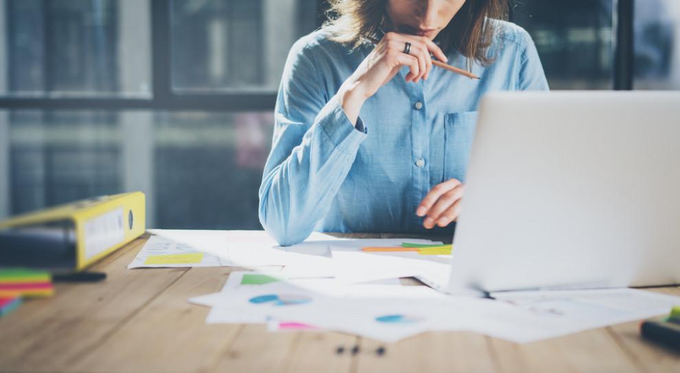 W I kwartale 2021 feminatywy były najczęściej wykorzystywane w ogłoszeniach o pracę z dziedziny finanse/ekonomia (Fot. Shutterstock)