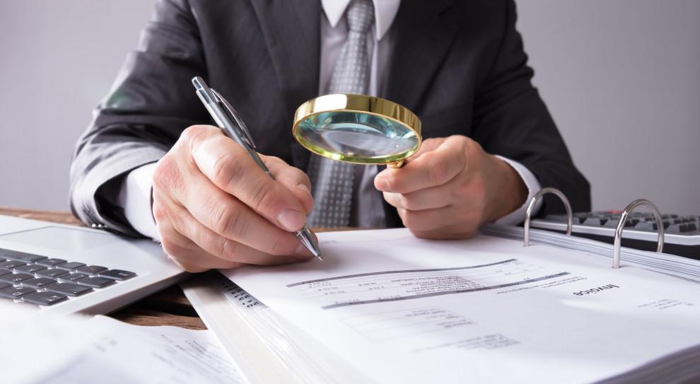 PIP walczy o wzmocnienie uprawnień inspektorów pracy przez wyposażenie ich w prawo do wydawania decyzji administracyjnych zmieniających na umowę o pracę kontrakt cywilnoprawny. (Fot. Shutterstock)