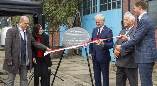 W Gdańsku odsłonięto tablicę upamiętniającą stoczniowe miejsce pracy Lecha Wałęsy