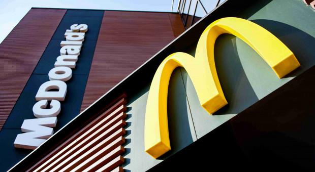 Skandal w McDonaldzie. Pracownicy zwolnieni za wycieranie sera o buty