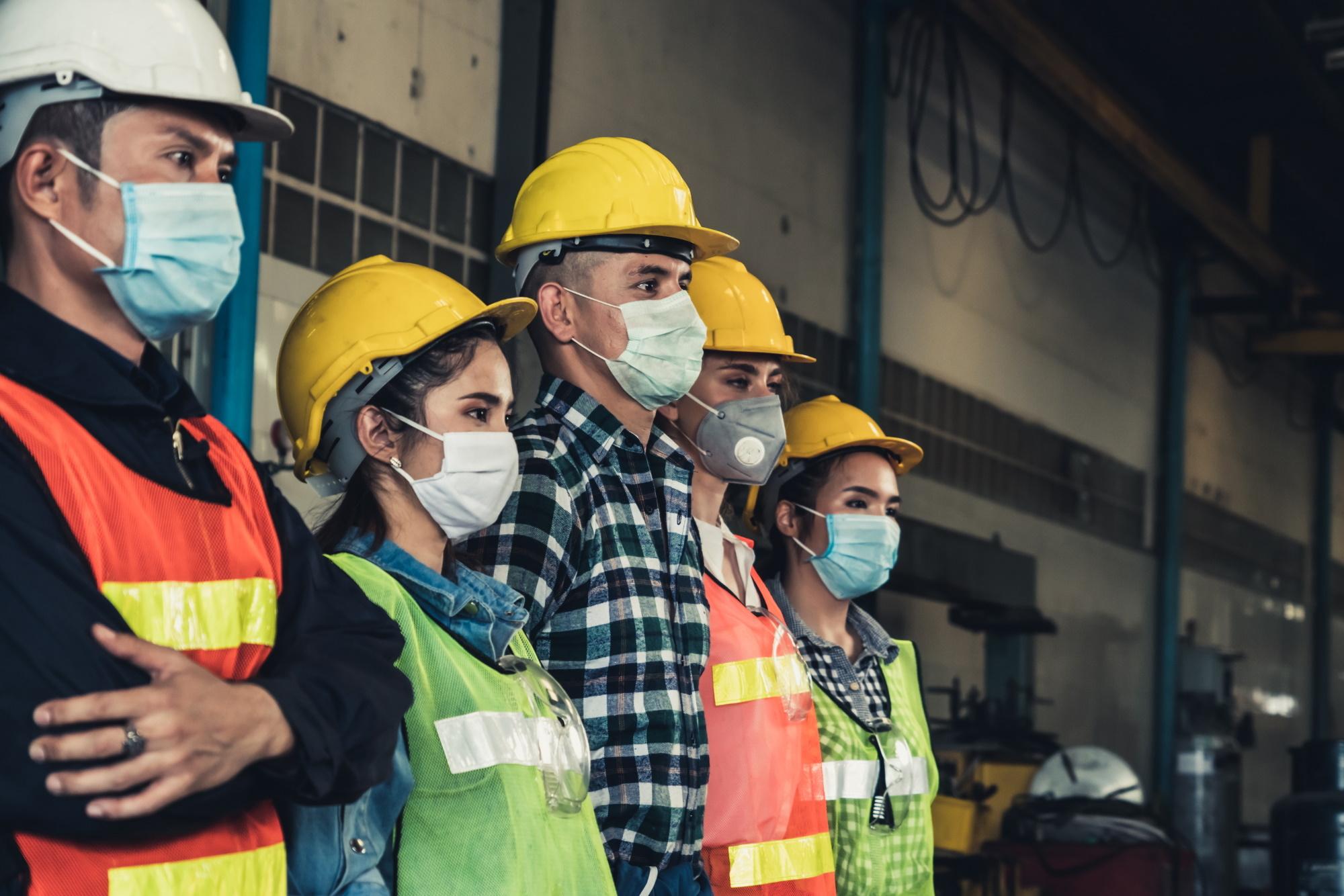 W myśl rządowego projektu pracodawca będzie miał prawo wiedzieć, czy pracownik jest zaszczepiony, czy przeszedł zakażenie koronawirusem lub ma ważny negatywny wynik testu diagnostycznego w kierunku SARS-CoV-2. (Fot. Shutterstock)
