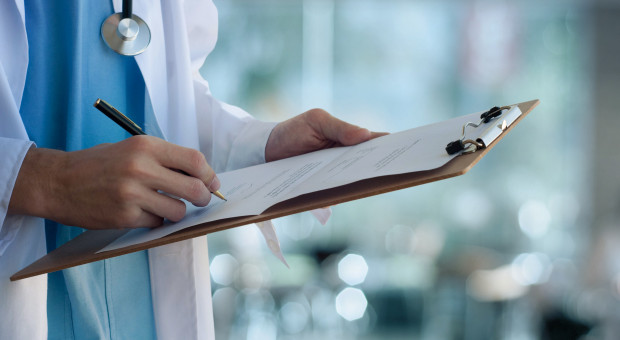 Około 1,5 tys. niezaszczepionych lekarzy kontynuuje praktykę