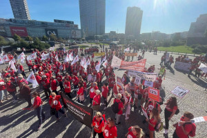 """Ruszył """"czerwony marsz"""". Chcą podwyżek i lepszych warunków pracy"""